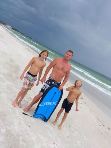 Boys, prestrom surf, boogie boards